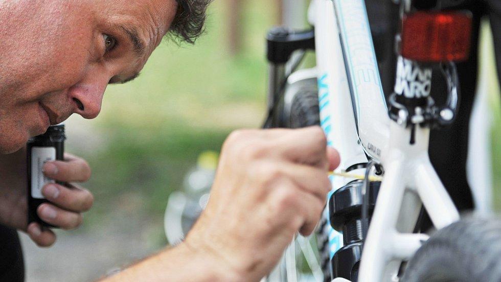 Syntetická DNA. V Ostravě se speciální značení se těší stále větší oblibě. Ochrání nejen kola, ale také invalidní vozíky.