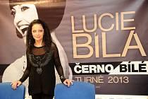 Černobílé turné. Na autogramiádu populární zpěvačky Lucie Bílé v obchodním centru Futurum v Ostravě dorazilo několik stovek lidí.