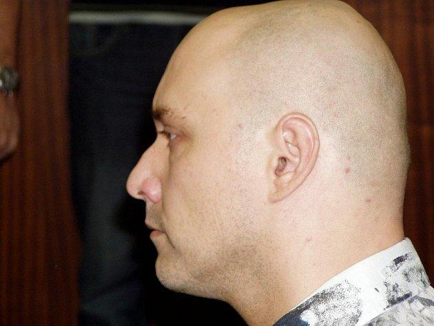 Zvlášť nebezpečný recidivista Ivo Červenka kvůli malichernosti málem připravil o život svou přítelkyni.