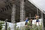 Pod slezskoostravských hradem vyrůstá hlavní scéna festivalu Colours