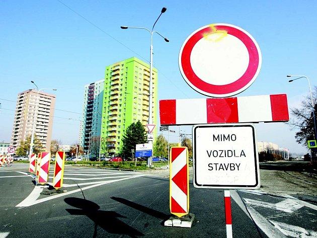 Ulice Dr. Martínka v Ostravě-Hrabůvce je ve směru na Místeckou ulici uzavřena dopravě. Opravuje se její havarijní stav.