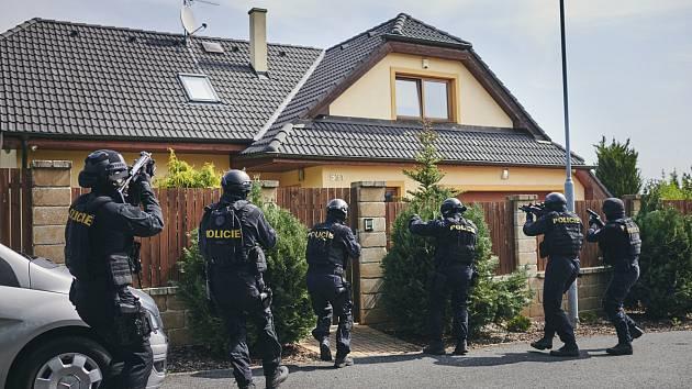 ŠESTÝ DÍL Místa zločinu Ostrava bude plný akce. Na tematiku krádeže drahých vozů se filmaři museli poctivě připravit.