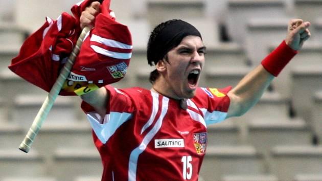 Tomáš Sladký věnoval svou premiérovou branku na šampionátu, kterou zvyšoval v utkání proti Itálii na 4:0, zraněnému Pavlu Brusovi, jehož dres měl schovaný pod tím svým.