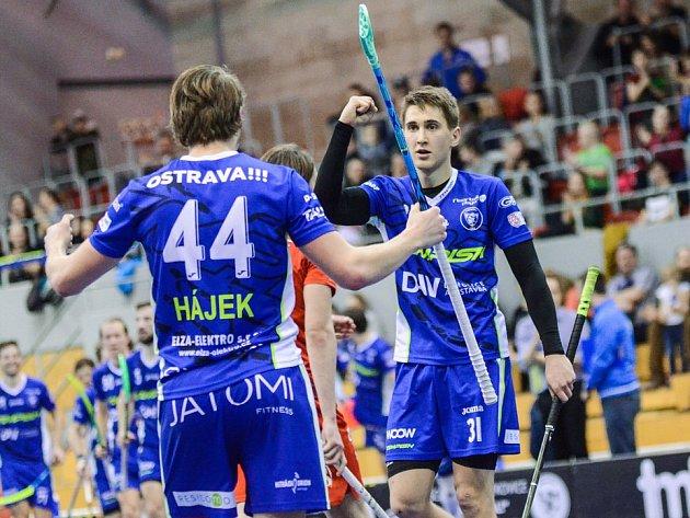 GÓL. Josef Rýpar (vpravo) se společně s Lukášem Hájkem raduje z jedné z vítkovických branek.