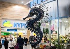 Maketa mořského koníka vysoká tři a půl metru. Použitý materiál: PET lahve, papír, dřevo a kusy látek z kostýmů a rekvizit ostravských divadel.
