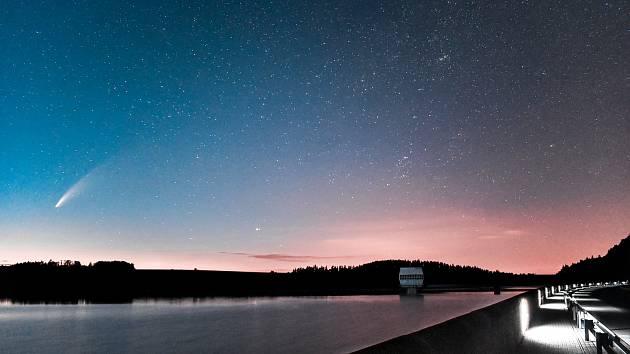 Kometa Neowise vyfocena na Slezské Hartě