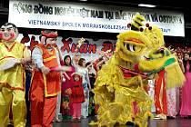 Lví tanec na zahnání zlých duchů. Ostravská vietnamská komunita příchod roku ohnivého kohouta oslavila v kulturním domě K-trio v Hrabůvce.