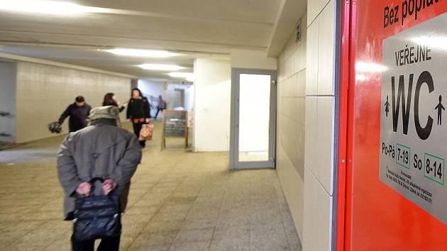 Veřejné toalety v podchodu u zastávky městské hromadné dopravy Poliklinika.