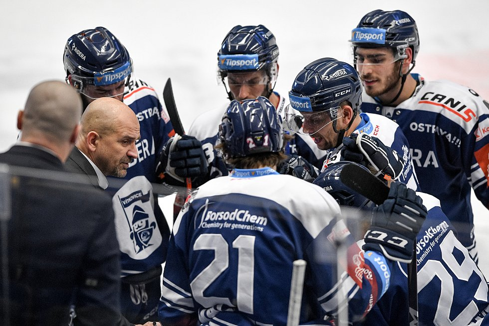 Utkání předkola play off hokejové extraligy - 5. zápas: HC Vítkovice Ridera - HC Kometa Brno, 16. března 2021 v Ostravě. (vlevo) Trenér Vítkovic Miloš Holáň.