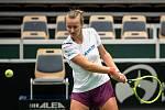 Barbora Krejčíková na tréninku českých tenistek před utkáním 1. kola Světové skupiny Fed Cupu proti Rumunsku, 6. února 2019 v Ostravě.