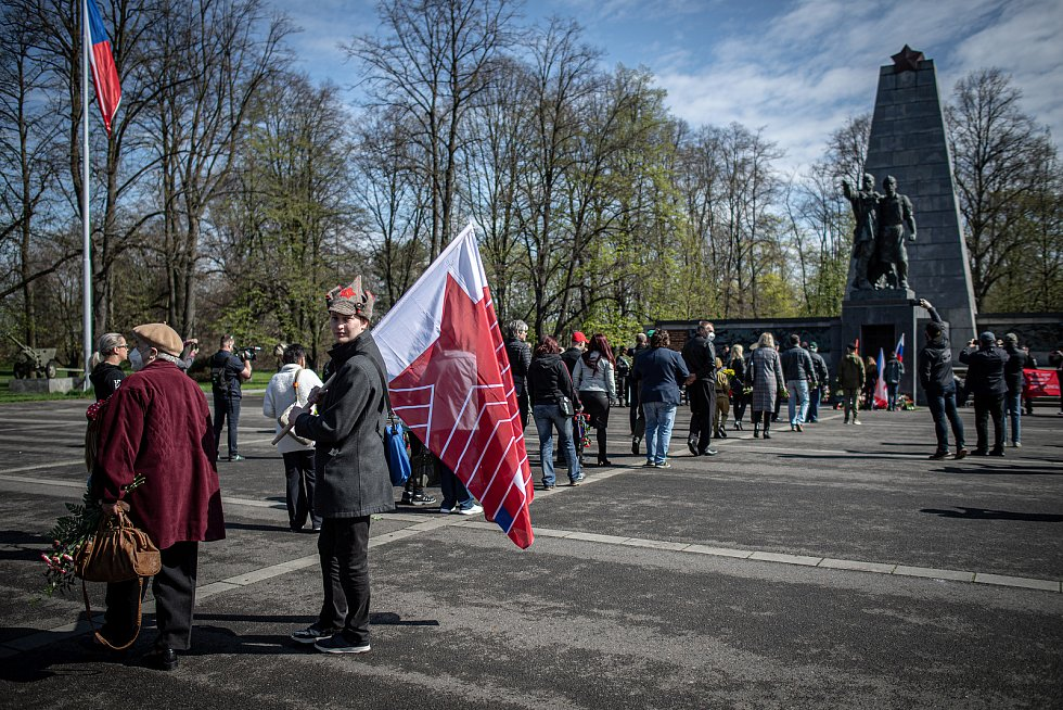 Čeští příznivci ruského motorkářského klubu Noční vlci se sešli u památníku vojáků Rudé armády v Komenského sadech, 30. dubna 2021 v Ostravě.