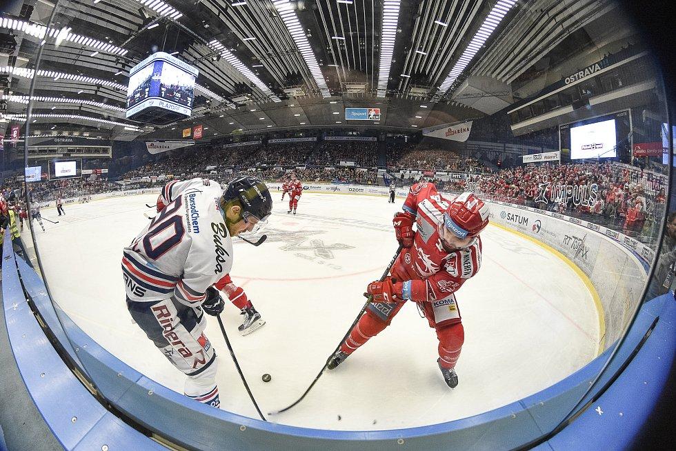 Čtvrtfinále play off hokejové extraligy - 4. zápas: HC Vítkovice Ridera - HC Oceláři Třinec, 25. března 2019 v Ostravě. Na snímku (zleva) Jakub Lev a Milan Doudera.