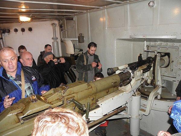 Zájemci si některé bunkry mohli prohlédnout izevnitř. Lákadlem byly zejména kulomety, okterých zasvěceně vyprávěl průvodce Jiří Hořák (vlevo).