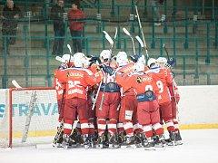 PRVNÍ CÍL SPLNĚN. Hokejisté Poruby se radují ze semifinálového vítězství 3:2 na zápasy nad Šumperkem. Jaké pocity budou mít po finále se Vsetínem?