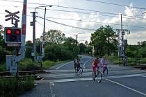 Rodinka na kolech vjela na přejezd v době, kdy již podle svědků dávno svítila červená.