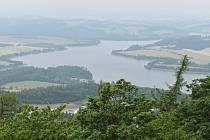 Roudno leží v půvabné krajině mezi vyhaslou sopkou Velký Roudný a přehradou Slezská Harta.