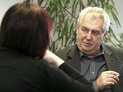 Martin Lukeš odpovídá na otázky novinářů.