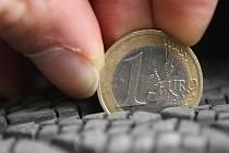 Hloubku dezénu zimních pneumatik lze snadno zkontrolovat jednoeurovou mincí.
