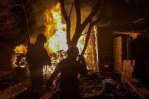 Při nočním požáru kůlny s uskladněným dřevem v Bašce, v okrese Frýdek-Místek, museli hasiči z objektu vytáhnout tři propan-butanové lahve. Na likvidaci požáru použili dva vodní proudy. Vzniklá škoda nebyla zatím vyčíslena.