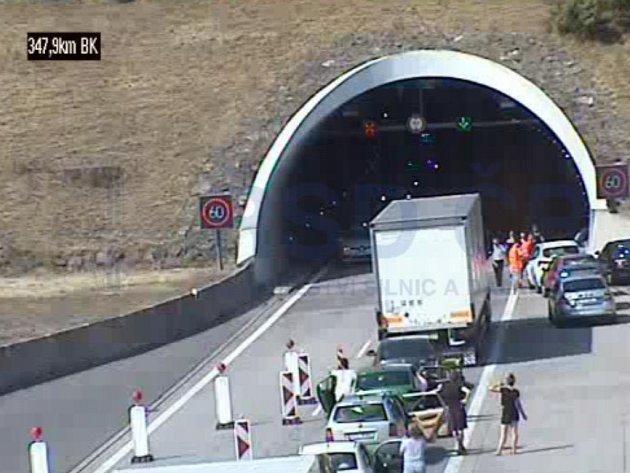 Motoristé čekají před uzavřeným tunelem uKlimkovic.