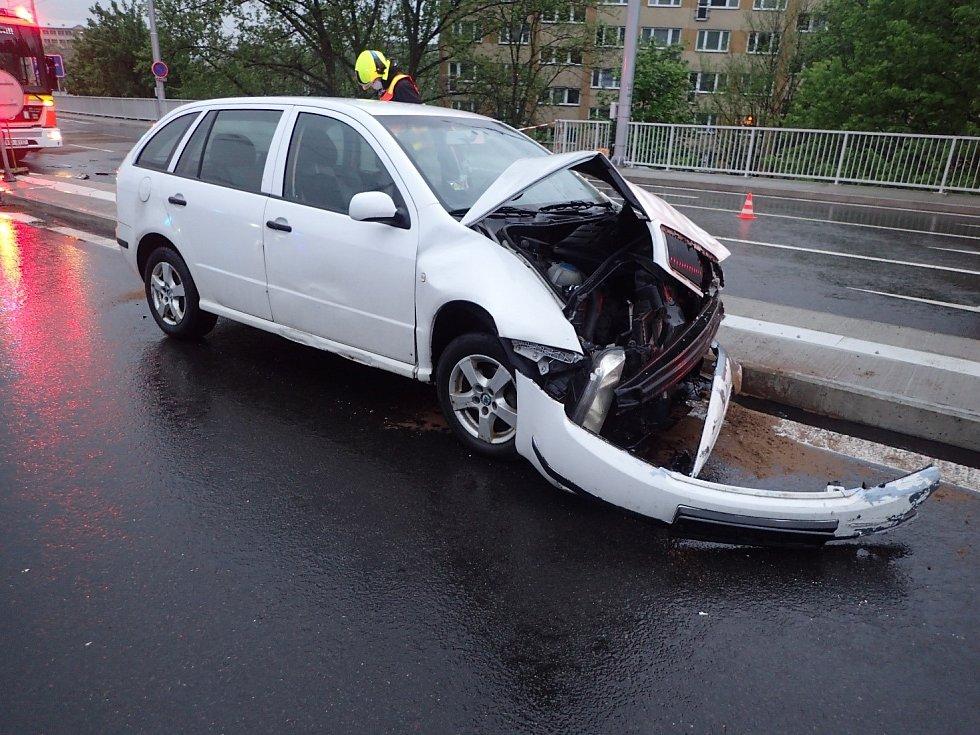 Hasiči zasahovali u auta, které spadlo z mostu.