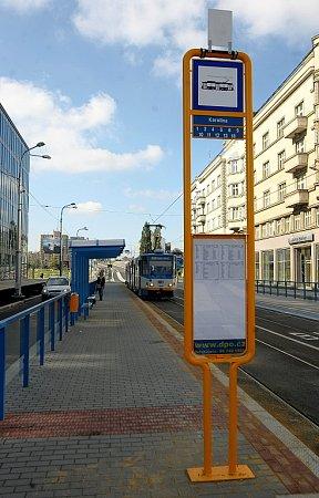Nové obousměrné tramvajové a autobusové zastávky si vneděli vyzkoušeli první cestující.