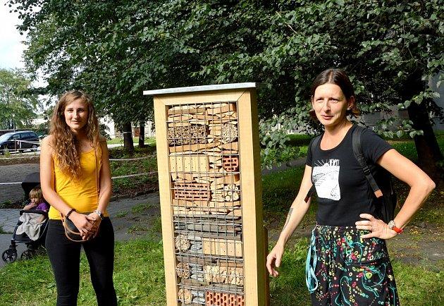 Marie Siebertová (vlevo) a Ilona Rozehnalová křtí hmyzí domek.