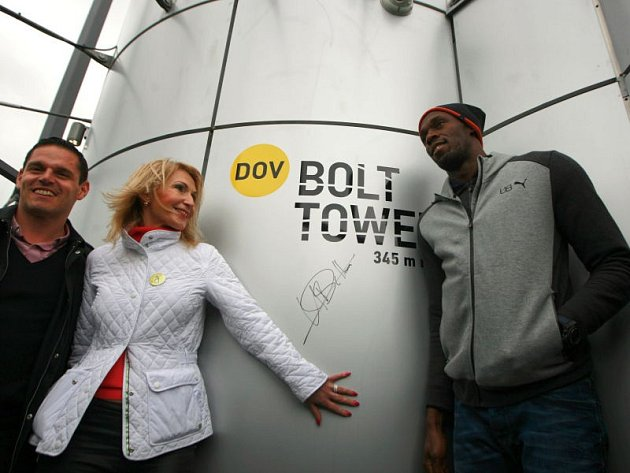 Usain Bolt podepsal novou vyhlídkovou věž v Dolní oblasti pojmenovanou jako Bolt Tower.