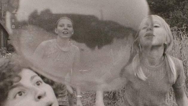 Třetí strana zdi - jedna z fotografií Dagmar Hochové k tématu 1968 v Československu.