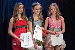 Dívka roku 2011. Kateřina Kautská (vlevo), Kristýna Kubíčková (uprostřed) a Michaela Nedomová postoupily do finále.