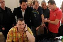 Adam Rykala (v popředí) při sledování výsledků letošních parlamentních voleb v sídle ostravské ČSSD. Na snímku s ním jsou Lukáš Balcařík (zcela vlevo), Radim Lauko (v obleku), Jiří Srba (stojící uprostřed) a Aleš Boháč (zcela vpravo).