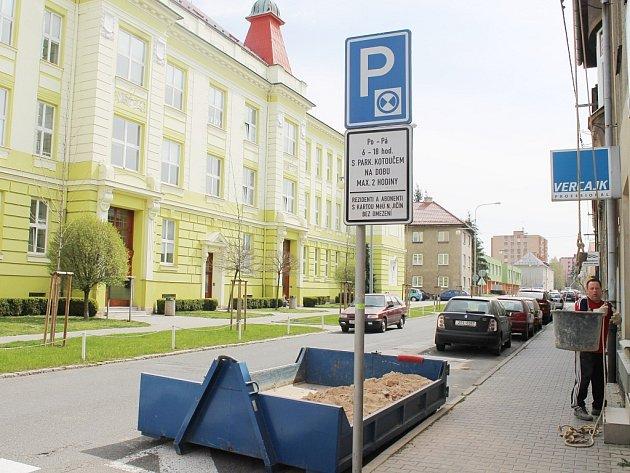 Cesta školáků navštěvujících obě základní školy Komenského by měla být brzy bezpečnější. Veřejnost i dopravní komise rozhodly, že z této ulice bude jednosměrka.