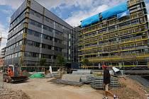 ROSTE JAKO Z VODY. Nebývalým tempem se staví administrativní komplex The Orchard v Ostravě-Fifejdách.