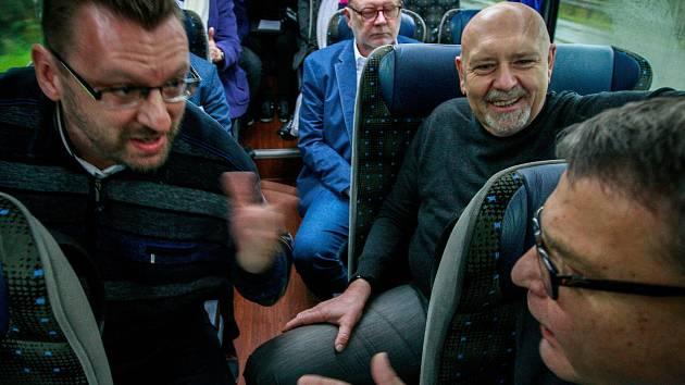 Ostrá výměna názorů v Deník-busu mezi Lubomírem Volným (vpravo) a Lubomírem Zaorálkem (vlevo).
