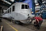 """Motorový vůz M 290.0 označovaný též podle spoje, na němž jezdil, také jako """"Slovenská strela"""", prochází generální rekonstrukcí v hranických dílnách společnosti Českomoravská železniční opravna."""