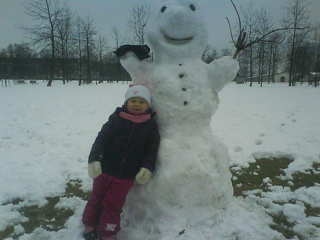Sněhuláci umí vždy vykouzlit na tváři dětí hrdý úsměv.