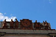 Detail terakotového reliéfu Václava Šantrůčka na Oblouku v Ostravě-Porubě, který bude zrestaurován.