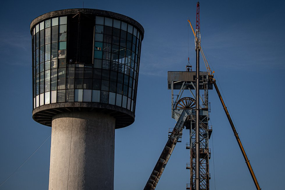 Společnost OKD začala bourat těžní věž v areálu bývalého dolu ve Sviadnově, 24. listopadu 2020.