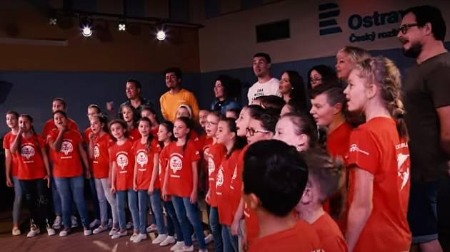 Snímek z videoklipu.