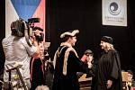 Promoce prvních absolventů všeobecného lékařství Ostravské univerzity v Domě kultury města Ostravy.