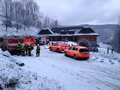 Snímek z místa požáru chaty v Dolní Lomné.