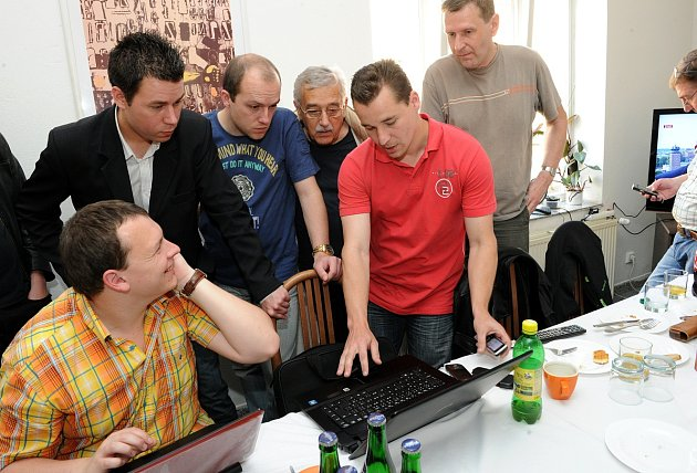 2010 TADY ZAČAL PÁD ČSSD. Adam Rykala (vpopředí) při sledování výsledků parlamentních voleb . Na snímku sním jsou Radim Lauko (vobleku), Jiří Srba (stojící uprostřed) a Aleš Boháč (včerveném).