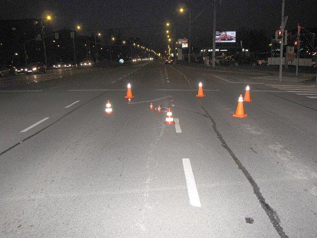 Snímek z místa nehody. Policisté pátrají po řidiči, který v neděli večer v ulici Opavské v Ostravě srazil čtyřiatřicetiletého muže a ujel.