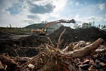 Třicet milionů tun materiálu, ve kterém nechybí hlušina plná zbytků doutnajícího uhlí. To je současný stav heřmanické haldy. Haldu v Heřmanicích si v úterý prohlédl ministr průmyslu a obchodu Jan Mládek.