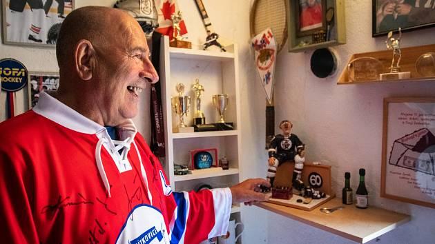Bohatou sbírku trofejí, medailí a různých relikvií svých i syna Miloše má Miloš Holaň starší ve svém domě.