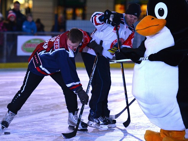 Hokejový klub z Vítkovic uspořádal v úterý na speciálním kluzišti Masarykova náměstí v centru Ostravy již pošesté oblíbenou exhibici hráčů a dvou vybraných fanoušků, kteří správně odpověděli na kvízovou otázku a následně byli vylosováni.