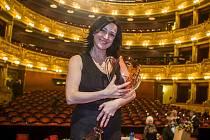Hana Fialová při převzetí Thálie v kategorii muzikálu a operety.