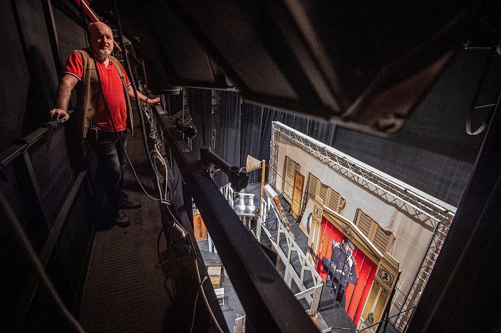 Přípravy na speciální prohlídku divadla Antonína Dvořáka která se bude streamovat 21.11.2020 (noc divadel). Mistr osvětlení Radko Orenič.