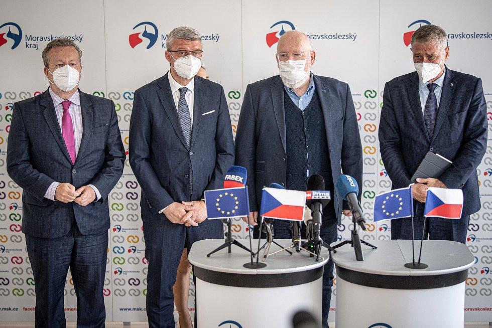 Richard Brabec (ministr životního prostředí za ANO), Karel Havlíček (ministr průmyslu a obchodu a ministr dopravy, ANO), Frans Timmermans (místopředseda Evropské komise) a Ivo Vondrák (hejtman MS Kraje, ANO) na tiskovém briefingu, 17. července 2021 v Ostr