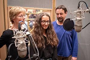 Herci z Národního divadla moravskoslezského (NDM) Tomáš Jirman a Anna Cónová natočili pro Ateliér při NDM vítězné pohádky či povídky z jarní literární soutěže. Děti ve dvou věkových kategoriích posílaly příběhy reflektující dění v divadlech, kde se nesměl